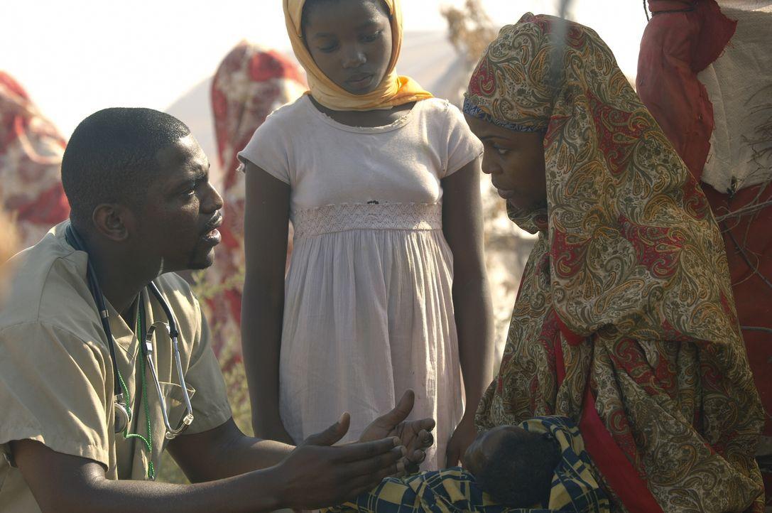Pratt (Mekhi Phifer, l.) beginnt seine Arbeit in Darfur und ist erschüttert über die unzähligen Menschen, die dort dringend ärztliche Hilfe benötige... - Bildquelle: Warner Bros. Television