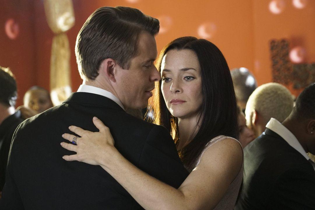 Ein Fest, dass Julian (Todd Lasance, l.) und Lily (Annie Wersching, r.) zu Ehren von Mary Louise und Nora abhalten, verläuft anders als geplant ... - Bildquelle: Warner Bros. Entertainment Inc.