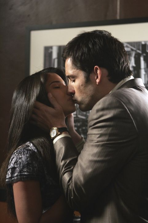 Kommen sich näher: Danny (Enrique Murciano, r.) und Elena (Roselyn Sanchez, l.) ... - Bildquelle: Warner Bros. Entertainment Inc.