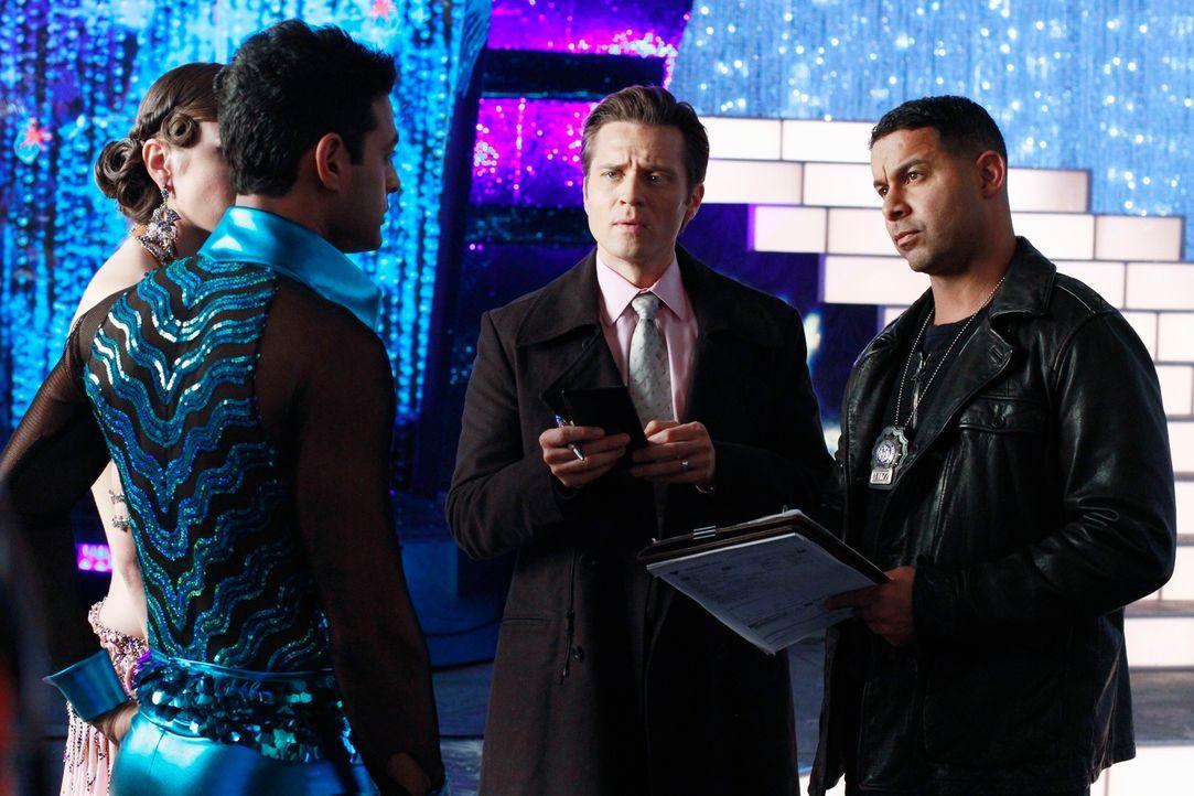 Santino (Krishna Cole, l.) und Jeanine (Anna Lunberry, 2.v.r.) müssen sich den Fragen von Kevin Ryan (Seamus Dever, 2.v.r.) und Javier Esposito (Jon...