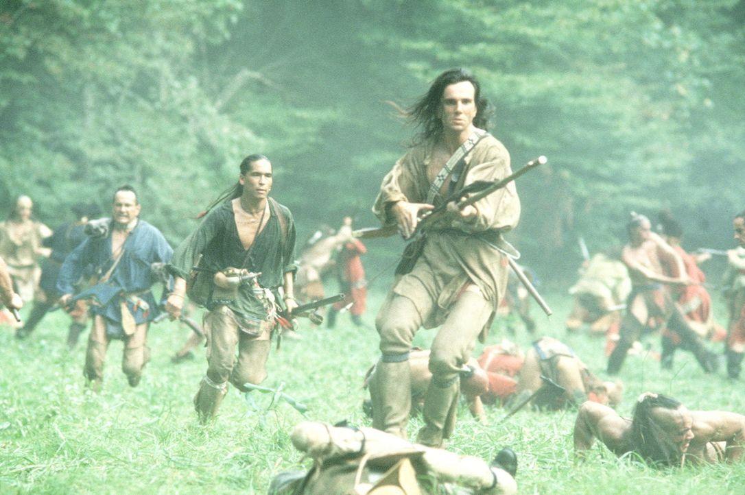 In einer blutigen Schlacht kämpfen Chingachgook (Russel Means, 3.v.l.), Uncas (Eric Schweig, 4.v.l.) und Hawkeye (Daniel Day-Lewis, M.) gegen die gn... - Bildquelle: 20th Century Fox