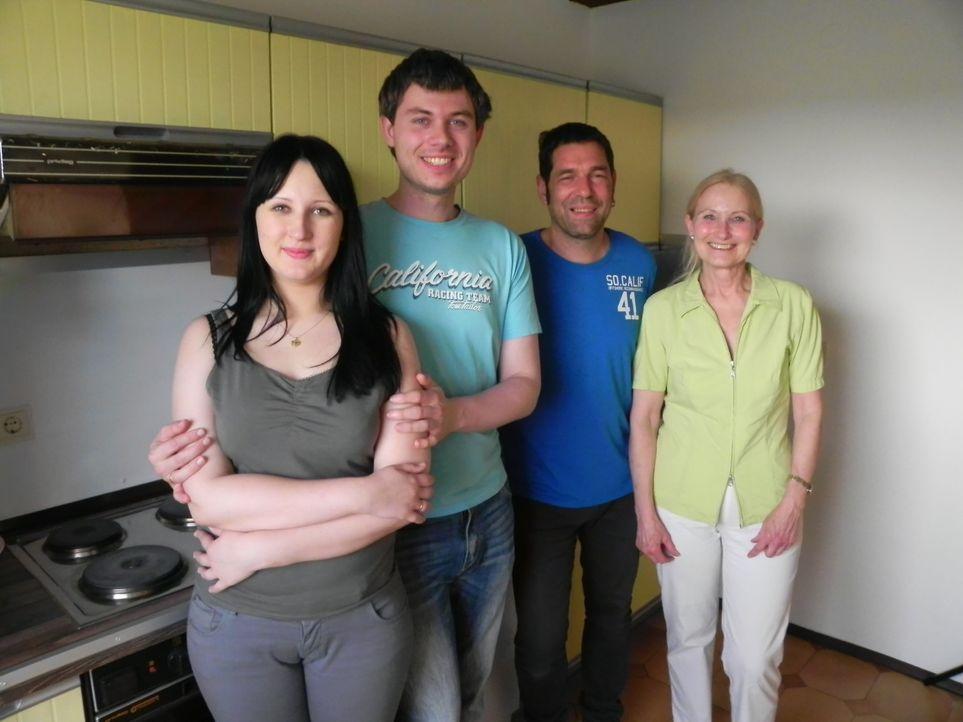 Das Werk ist vollbracht: Olga (l.), Jürgen (2.v.l.) und Gertrud (r.) sind überglücklich. Ohne die Hilfe von Wohnprofi Volker Harzdorf (2.v.r.) h - Bildquelle: kabel eins