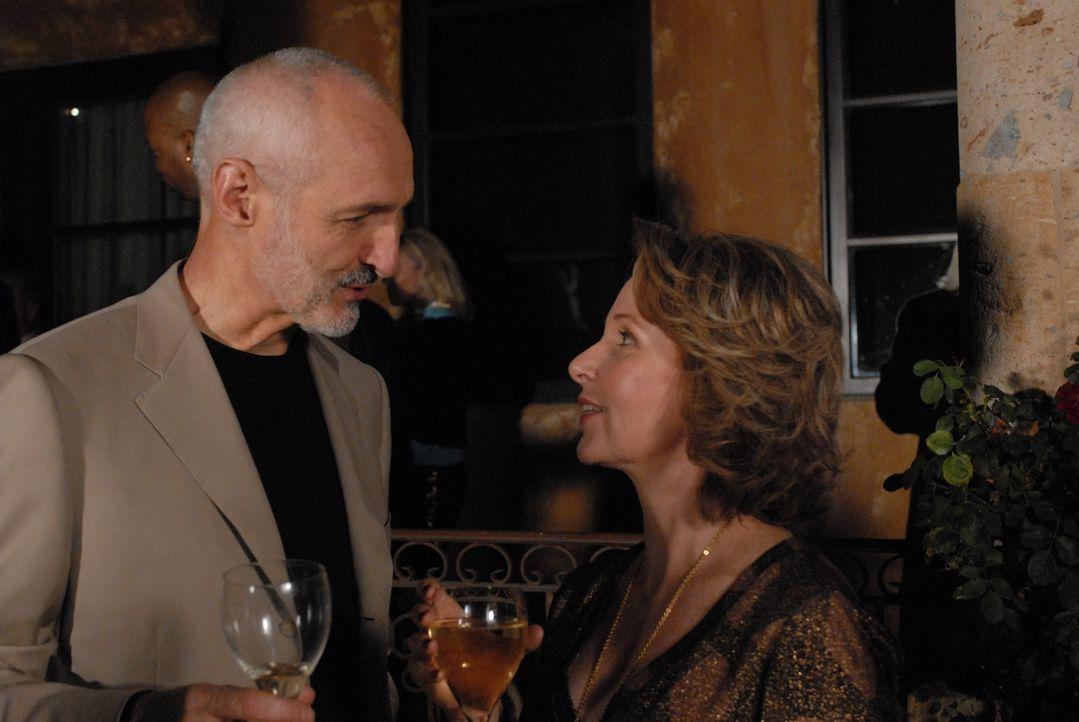 Peter (Michael Gross, l.) und Bonnie Barrister (Kate Burton, r.) geben eine Party zu der sie auch Allison und Joe eingeladen haben. - Bildquelle: Paramount Network Television