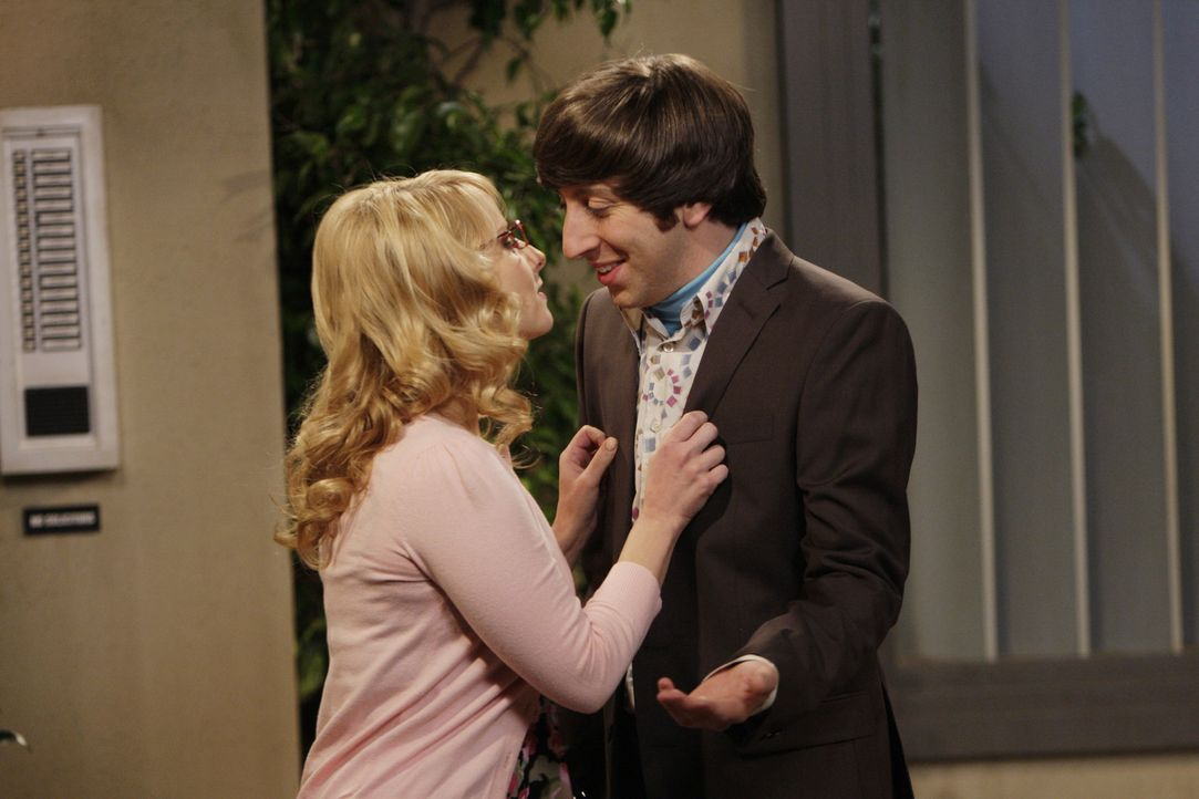 Howard (Simon Helberg, r.) hat wieder ein Date mit Pennys Arbeitskollegin Bernadette (Melissa Rauch, l.). Während Bernadette auf eine Entscheidung... - Bildquelle: Warner Bros. Television