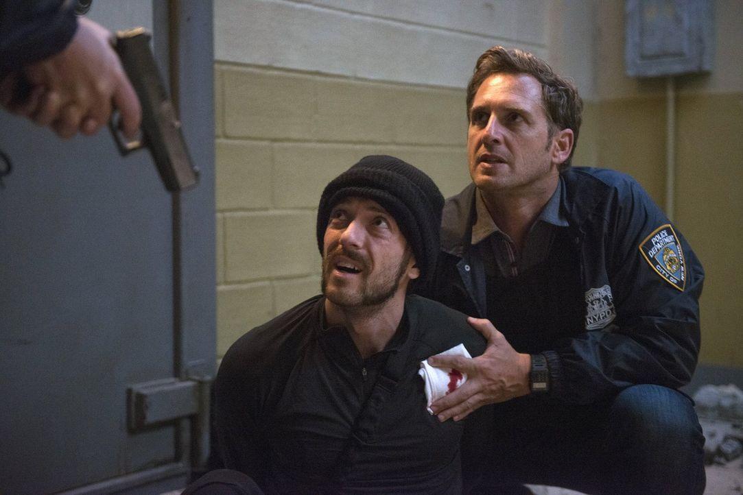 Täter oder Opfer? Jake (Josh Lucas, r.) ist sich nicht sicher, mit was er es bei Fitnessfanatiker Conner (Isaac Caldiero, l.) zu tun hat ... - Bildquelle: 2015 Warner Bros. Entertainment, Inc.