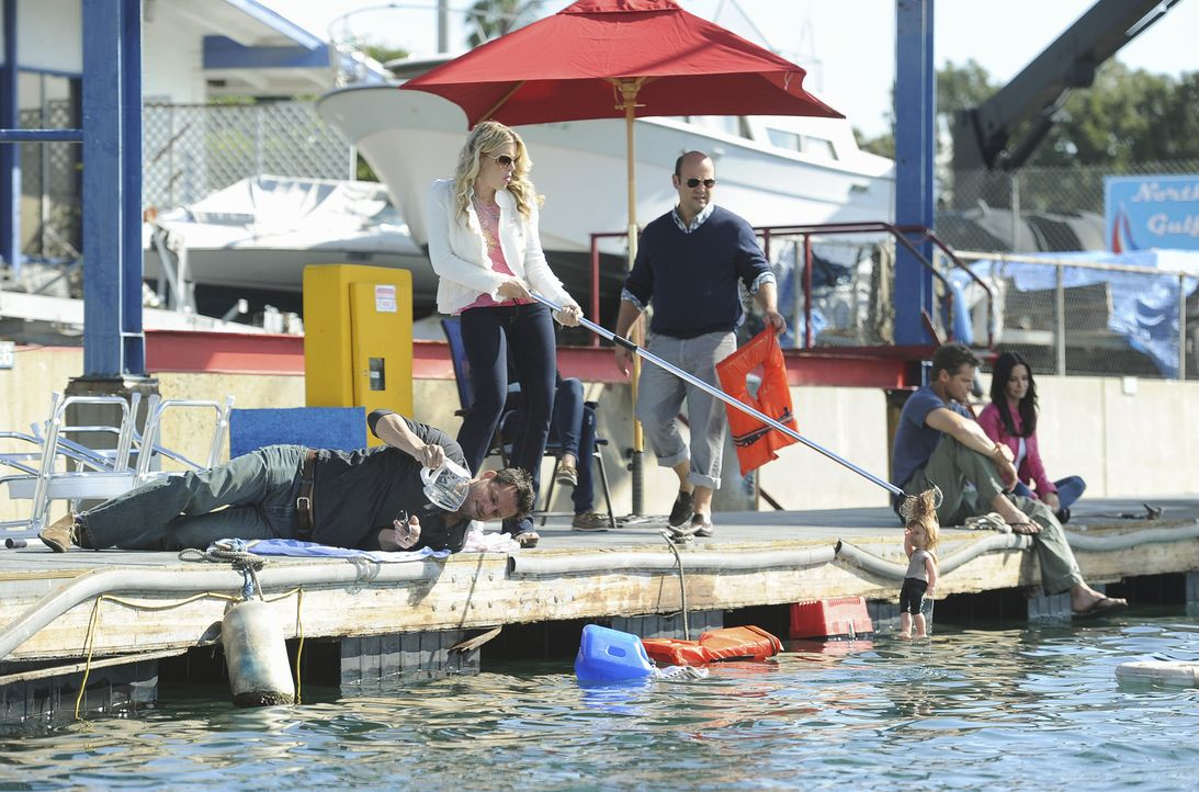 Der Versuch, Bobbys Hausboot seetüchtig zu machen, ging in die Hose: (v.l.n.r.) Grayson (Josh Hopkins), Laurie (Busy Philipps), Andy (Ian Gomez), B... - Bildquelle: 2010 ABC INC.