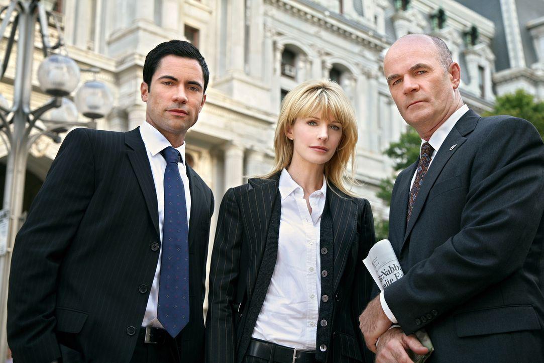 Ein neuer Fall wartet auf Scott (Danny Pino, l.), Lilly (Kathryn Morris, M.) und John (John Finn, r.) ... - Bildquelle: Warner Bros. Television