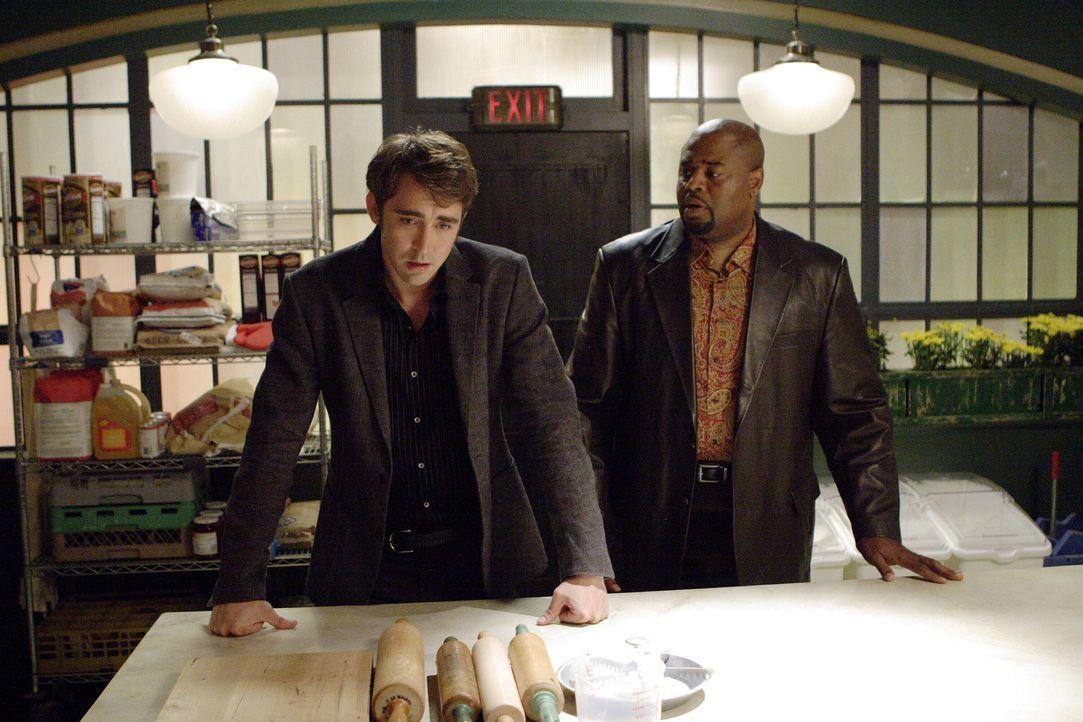 Ned (Lee Pace, l.) soll den Leichenbestatter, den Emerson Cod (Chi McBride, r.) auf dem Gewissen hat, wieder zurück ins Leben holen. Doch wird Ned d... - Bildquelle: Warner Brothers