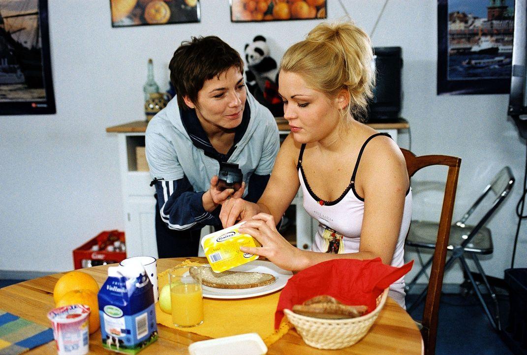 Stephanie (Claudia Schmutzler, l.) weist Christina (Fritzi Eichhorn, r.) zurecht, die sich über Mitbewohner Christoph lustig gemacht hat. - Bildquelle: Monika Schürle Sat.1