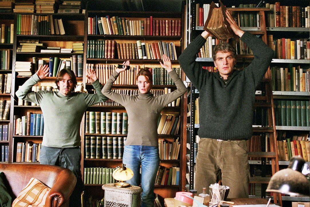 Max Kerner (Walter Sittler, r.) und seine beiden Komplizen René (Dieter Landuris, l.) und Sandra (Esther Schweins, M.) werden in der Bibliothek üb... - Bildquelle: Sat.1