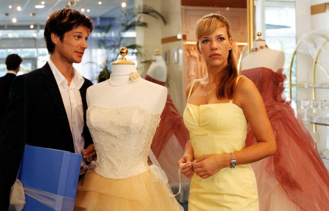 Die attraktive Brautmodenverkäuferin Esther (Alexandra Neldel, r.) kann bei romantischen Annäherungsversuchen einfach nicht Nein sagen - auch bei Ti... - Bildquelle: Rieger / Klick ProSieben