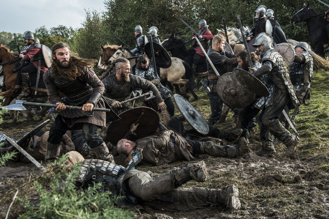 Eine große Schlacht zwischen den Wikingern und Engländern steht bevor: Rollo (Clive Standen, vorne l.), Ragnar (Travis Fimmel, vorne 2.v.l.) und Bjo... - Bildquelle: 2014 TM TELEVISION PRODUCTIONS LIMITED/T5 VIKINGS PRODUCTIONS INC. ALL RIGHTS RESERVED.
