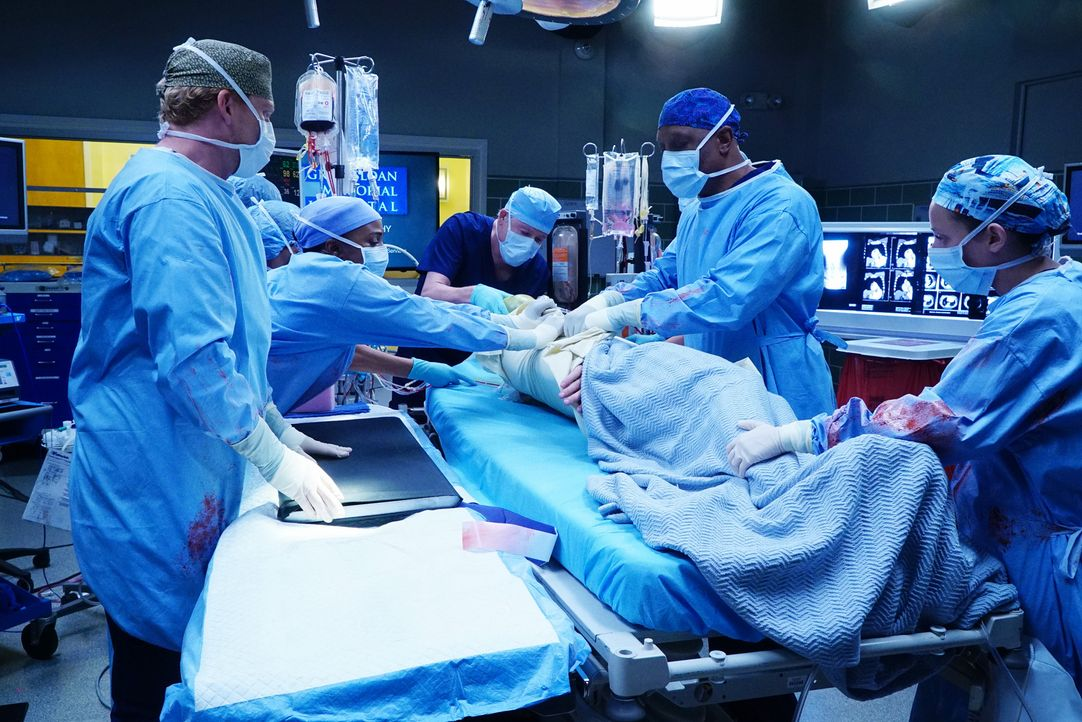 Geben alles, um ihren Patienten zu retten: Stephanie (Jerrika Hinton, 2.v.l.), Meredith (Ellen Pompeo, r.), Owen (Kevin McKidd, l.) und Webber (Jame... - Bildquelle: Richard Cartwright 2016 American Broadcasting Companies, Inc. All rights reserved.