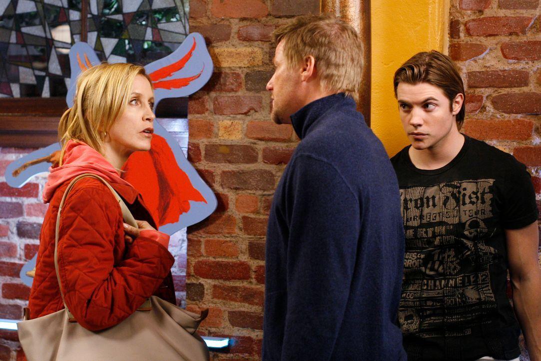 Lynette (Felicity Huffman, l.) ist nicht damit einverstanden, dass Tom (Doug Savant, M.) Austin (Josh Henderson, r.) eingestellt hat ... - Bildquelle: 2005 Touchstone Television  All Rights Reserved