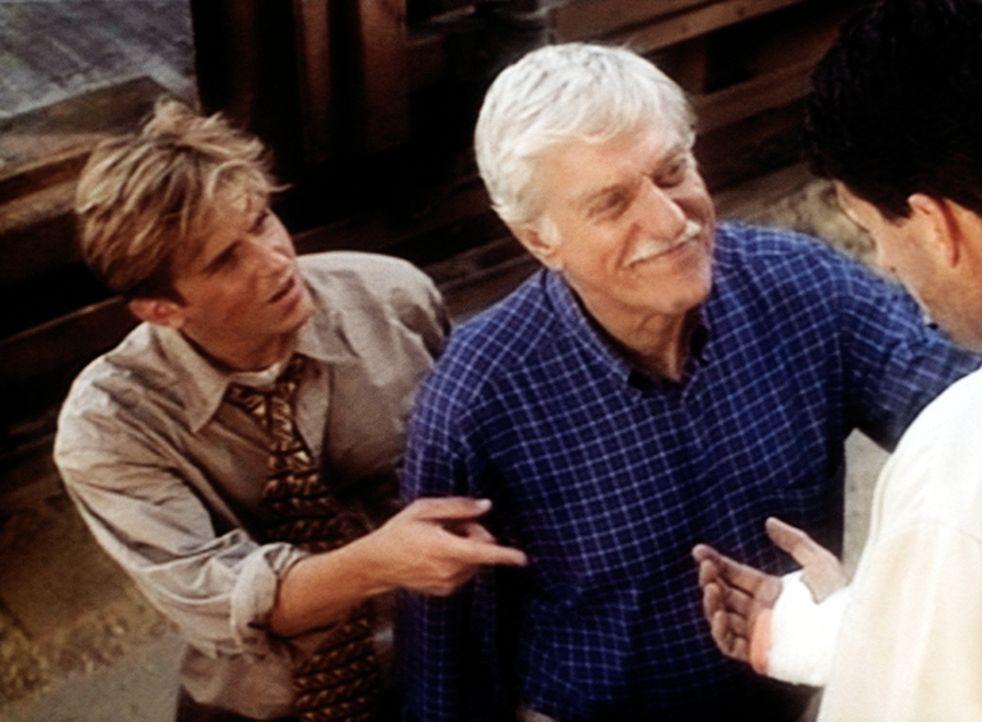 Jesse (Charlie Schlatter, l.) und Mark (Dick Van Dyke, M.) helfen dem unter Mordverdacht stehenden George (Jeff Allin, r.) aus einem Eisenbahnwaggon. - Bildquelle: Viacom