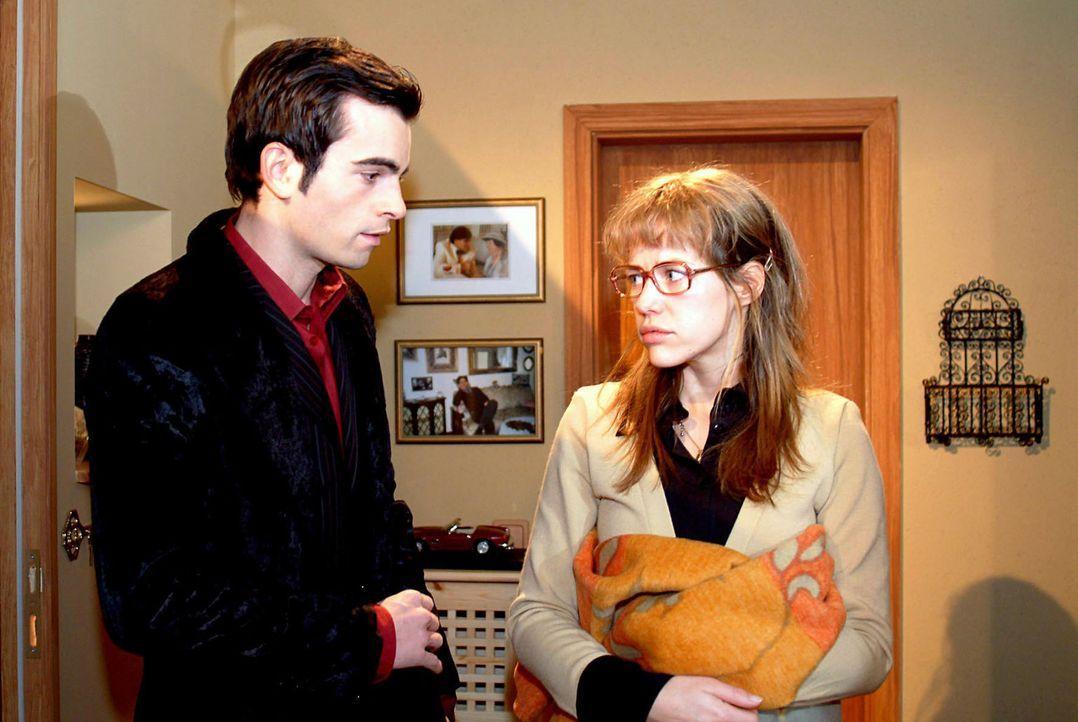 Überraschend erhält Lisa (Alexandra Neldel, r.) Besuch von David (Mathis Künzler, l.) und glaubt, dass er gekommen ist, um sich zu entschuldigen.... - Bildquelle: Sat.1