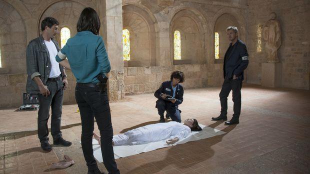 Als die junge Schauspielerin Magali Portier (Delphine Chanéac, 2.v.r.) tot in...