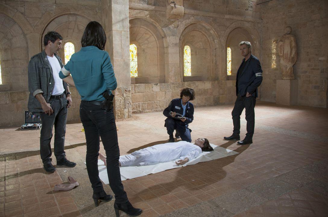 Als die junge Schauspielerin Magali Portier (Delphine Chanéac, 2.v.r.) tot in einer Burgruine aufgefunden wird, müssen Lucas (Franck Sémonin, l.), R... - Bildquelle: Jean Louis PARIS