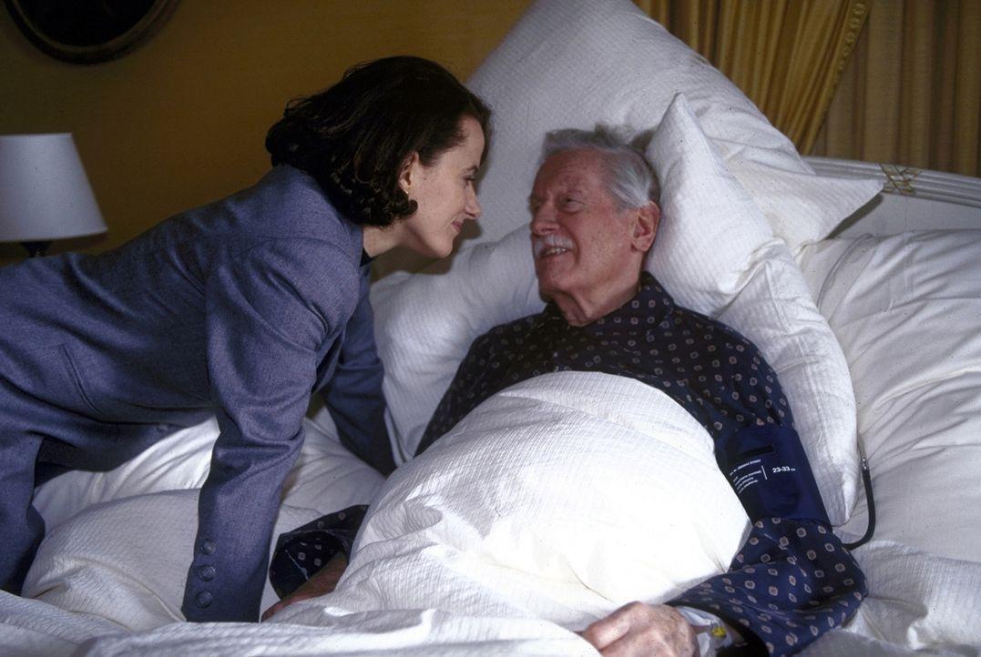 In ihrem schwerkranken Großvater (Karl Schönböck, r.) findet Anna Riebauer (Claudia Michelsen, l.) einen sehr guten Zuhörer ... - Bildquelle: Frank Lemm ProSieben