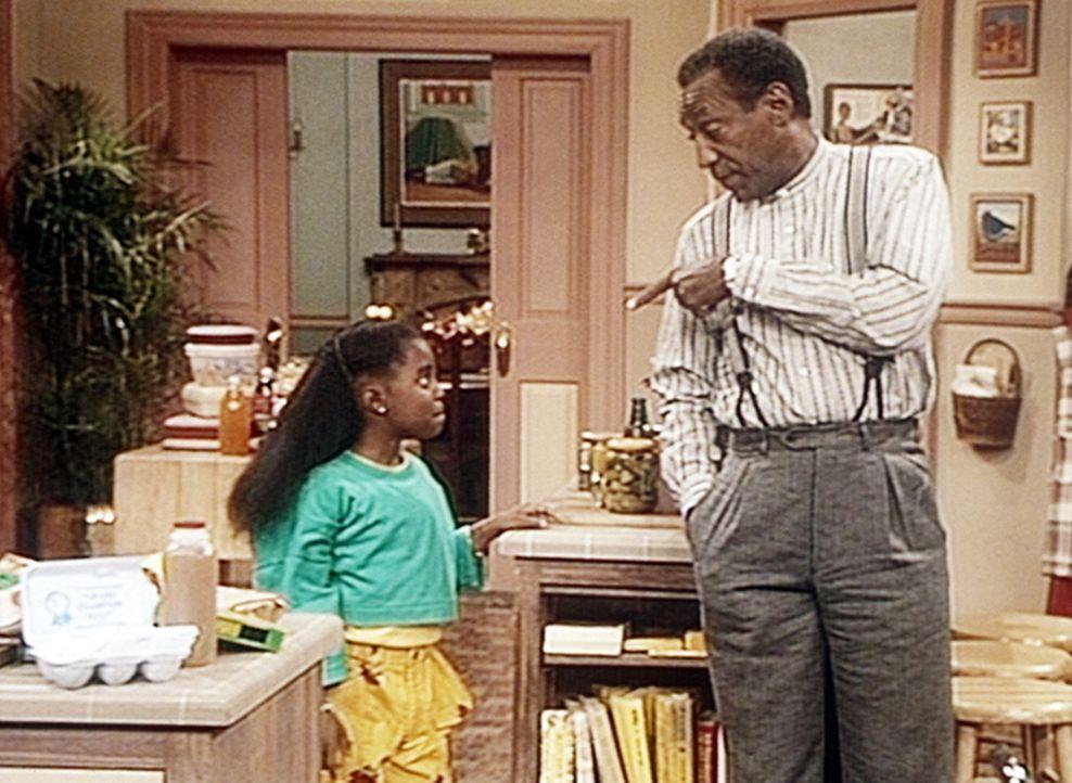Cliff (Bill Cosby, r.) leiht seiner Tochter Rudy (Keshia Knight Pulliam, l.) 31 Dollar und fünf Cent, doch dafür muss sie zuerst den Kühlschrank... - Bildquelle: Viacom