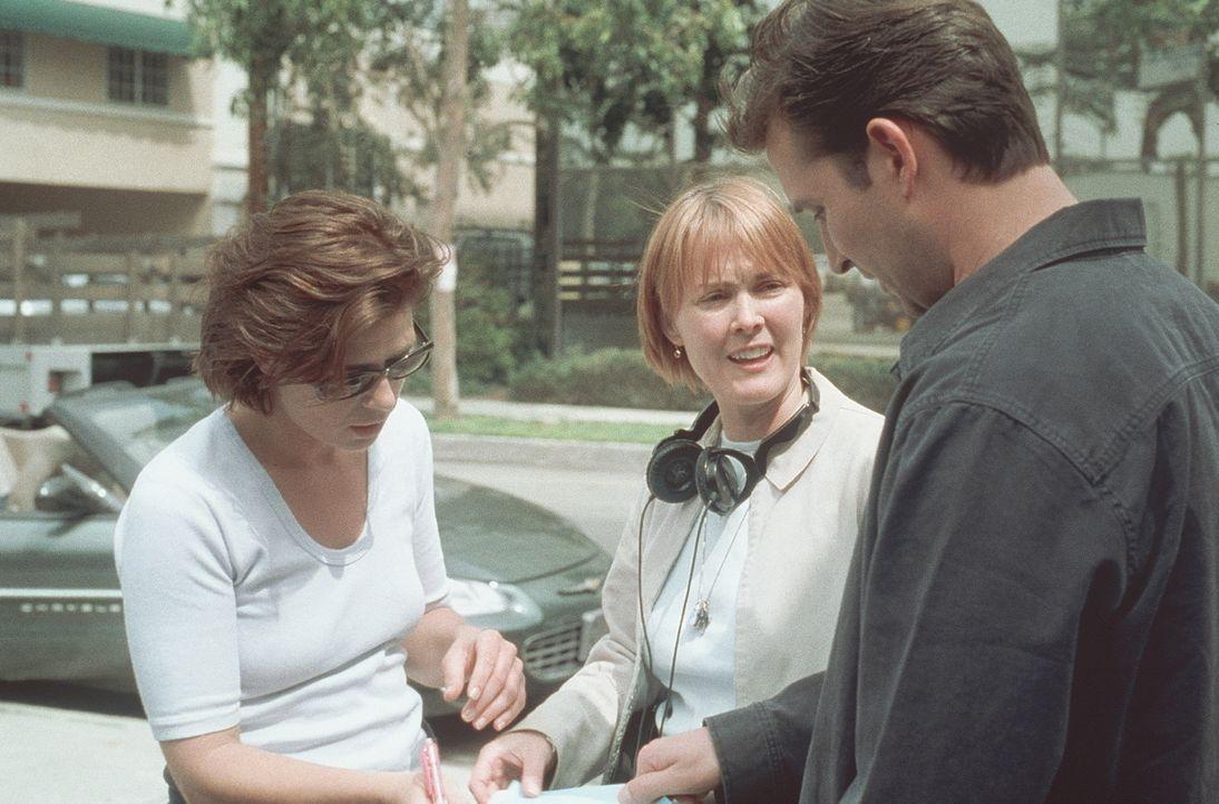 Dr. Weaver (Laura Innes, M.) bespricht mit Abby (Maura Tierney) und Carter (Noah Wyle) eine Patientenkartei, bevor die beiden eilig nach Oklahoma fl... - Bildquelle: TM+  2000 WARNER BROS.