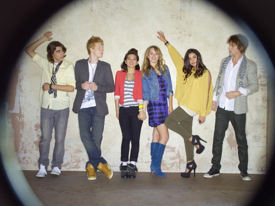 Als sich die High School-Außenseiter (v.l.n.r.) Charlie (Blake Michael), Wen (Adam Hicks), Stella (Hayley Kiyoko), Olivia (Bridgit Mendler), Mo (Nao... - Bildquelle: Disney Media Distribution