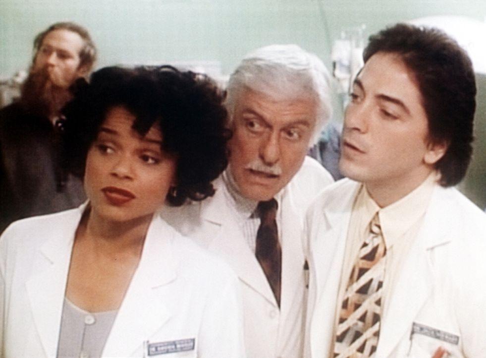 Amanda (Victoria Rowell, l.), Dr. Sloan (Dick Van Dyke, M.) und Jack (Scott Baio, r.) beobachten die Dreharbeiten zu einer Fernsehserie. - Bildquelle: Viacom
