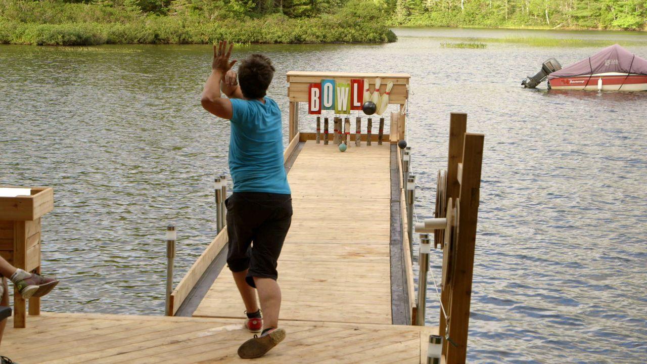 Weil Andrew (Bild) und Kevin sich nicht entscheiden können, ob sie lieber eine Bowling-Bahn oder einen neuen Steg für ihr Haus bauen wollen, machen sie einfach beides. Die Kombination ergibt dann einen schwimmenden Broject-Bowling-Steg aus Holz ...
