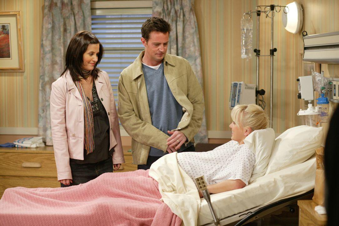Endlich ist es soweit: Erica (Anna Faris, r.) bekommt ihr Kind, doch Monica (Courteney Cox, l.) und Chandler (Matthew Perry, M.) können es kaum noch... - Bildquelle: 2003 Warner Brothers International Television