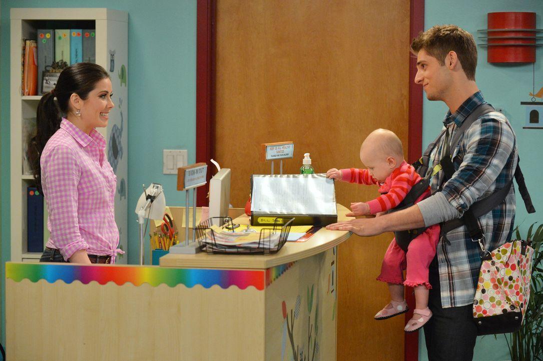 Ben (Jean-Luc Bilodeau, r.) muss dringend einen Kindergarten für Emma (Mila und Zoey Beske, M.) finden. Um Megan (Grace Phipps, l.), eine Mitarbeite... - Bildquelle: Eric McCandless ABC Family