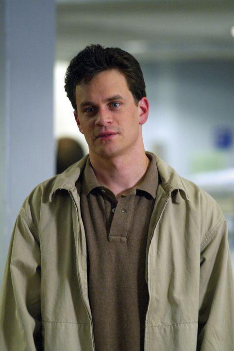 Während einer Stippvisite in Chicago möchte Eric (Tom Everett Scott) gerne seine Schwester sehen.  Doch Abby hat keine Zeit für ihn ... - Bildquelle: TM+  2000 WARNER BROS.