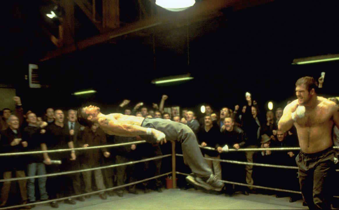 Für einen nagelneuen, komfortablen Wohnwagen lässt sich Mickey (Brad Pitt, l.) durchaus auch von Georgous (Adam Fogerty, r.) eine Packung verpasse... - Bildquelle: 2003 Sony Pictures Television International. All Rights Reserved.