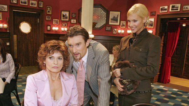 Nachdem Richard (Karim Köster, M.) Sabrina (Nina-Friederike Gnädig, r.) überr...