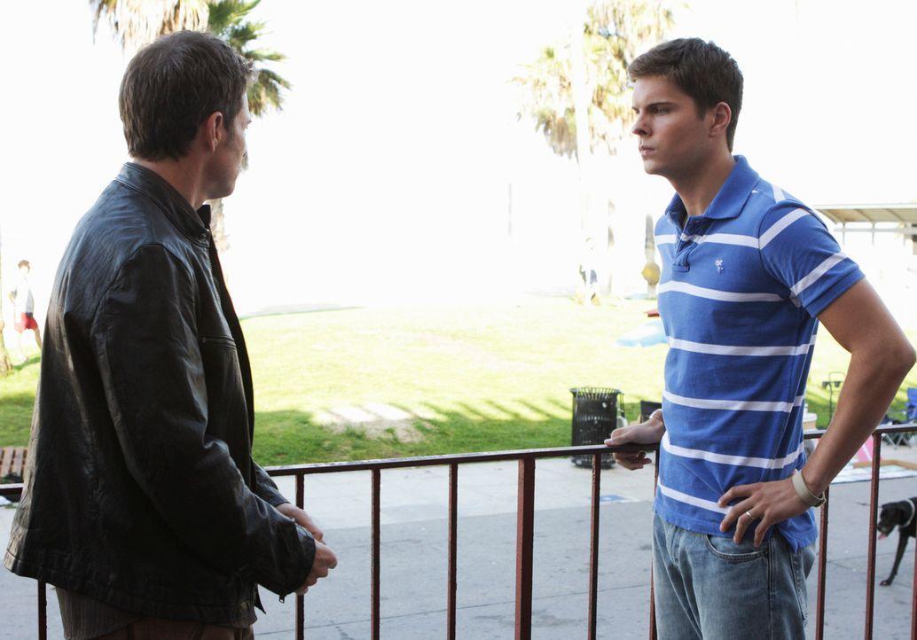 Nicks (Jack Briggs, r.) Frau hat nur noch zwei Jahre zu leben, deshalb möchte die 17-jährige unbedingt noch ein Kind. Pete (Tim Daly, l.) redet dem... - Bildquelle: ABC Studios