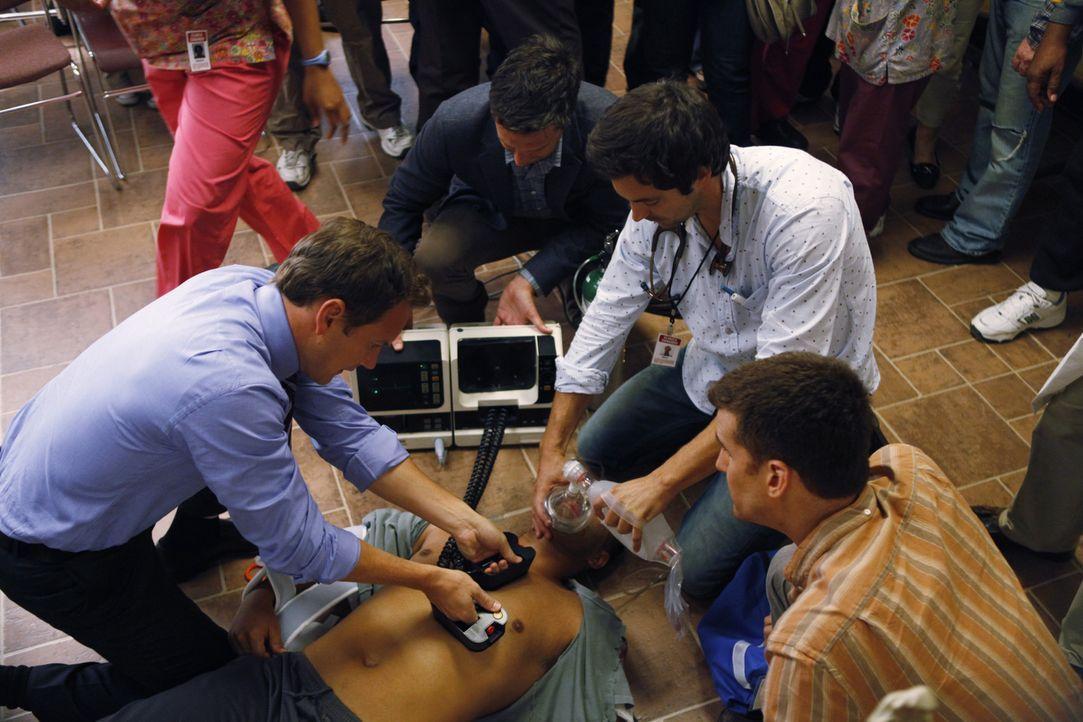 (v.l. im Uhrzeigersinn) Dr. Michael Holt (Patrick Wilson), Phillip Romero (Raul Esparza), Dr. Zeke Barnes (Rhys Coiro) und Tavo (Armando Riesco) kü... - Bildquelle: 2011 CBS BROADCASTING INC. ALL RIGHTS RESERVED