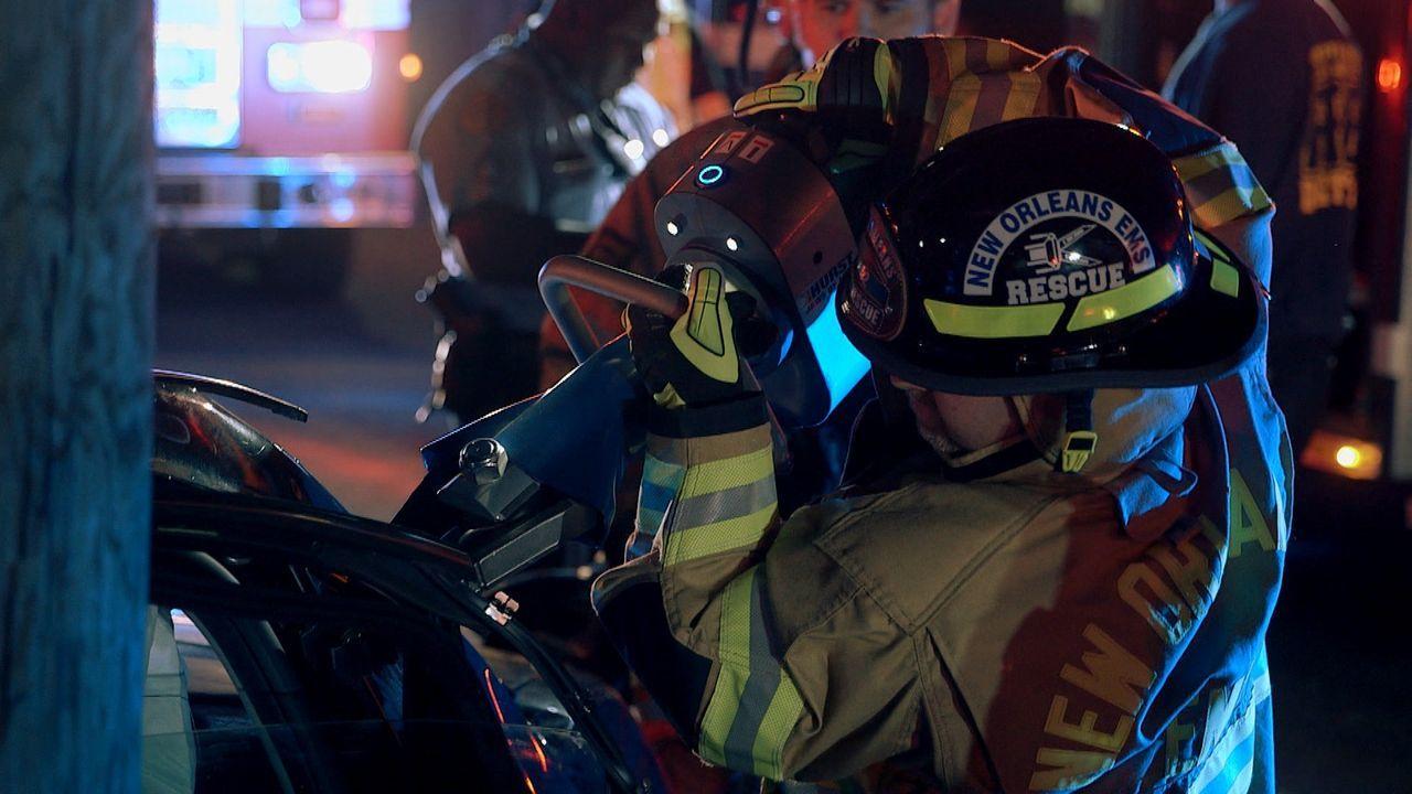 Nach einem Autounfall in New Oreleans muss das Rettungsteam mit schwerem Gerät anrücken, um die Verletzenden aus dem Autowrack zu bergen. Denn jede... - Bildquelle: 2015 Wolf Reality, LLC and 44 Blue Productions, Inc.  All Rights Reserved.