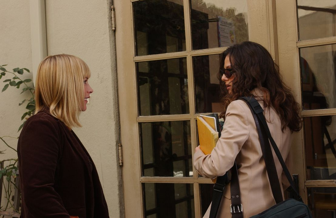 Allison (Patricia Arquette, l.) trifft ihre alte Schulfreundin Lyla (Aleksa Palladino, r.) von der sie glaubte, sie sei vor Jahren gestorben ... - Bildquelle: Paramount Network Television