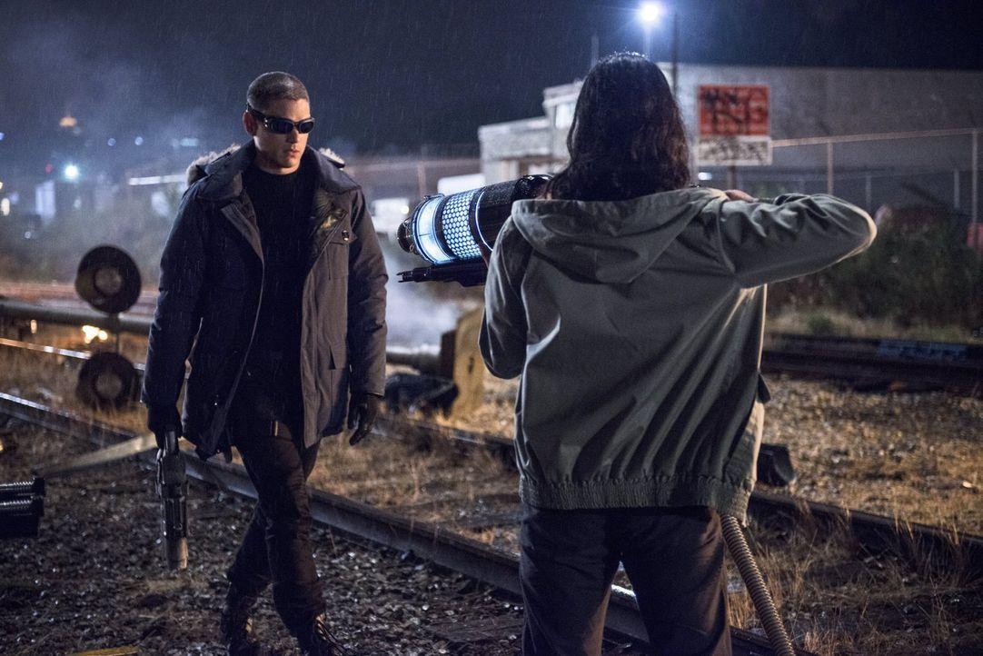 Captain Cold (Wentworth Miller, l.) treibt sein Unwesen und lockt Barry alias The Flash in eine Falle. Doch Felicity, Cisco (Carlos Valdes, r.) und... - Bildquelle: Warner Brothers.