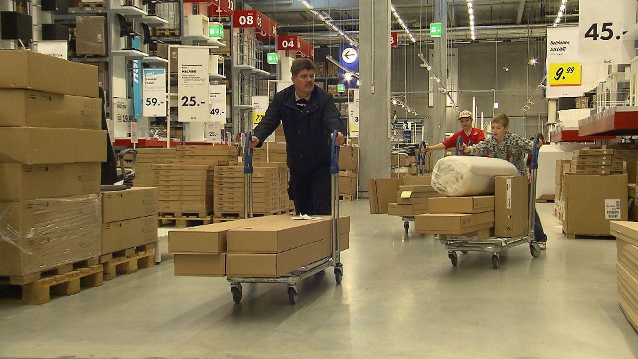 Wir möbeln auf! Schwedenschick im Plattenbau: Mitten zwischen Ostberliner Plattenbauten steht die größte Ikea-Filiale Deutschlands. Der blau-gelbe M... - Bildquelle: SAT.1
