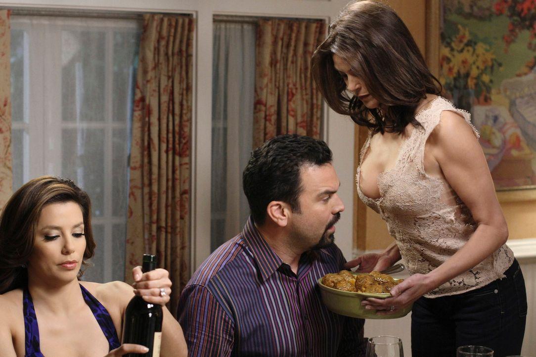 Gabrielle (Eva Longoria, l.) und Susan (Teri Hatcher, r.) wollen sich an ihren Männern rächen, da diese Geheimnisse vor ihnen haben. Carlos (Ricardo... - Bildquelle: ABC Studios