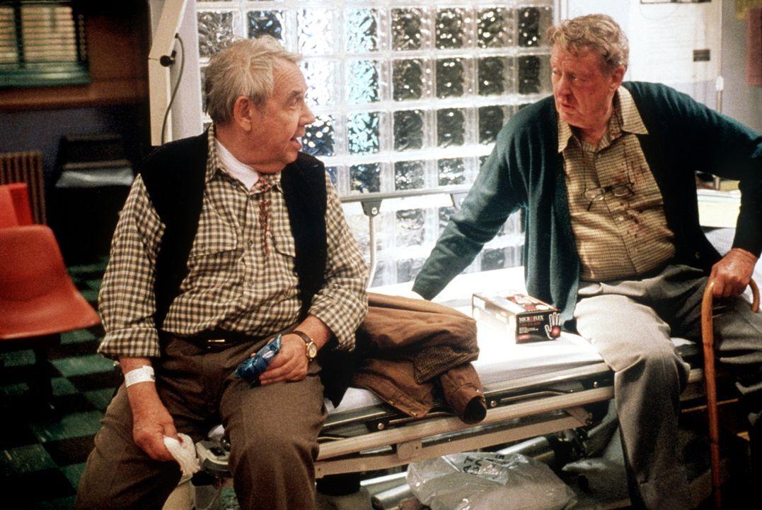 Die beiden Rauhbeine Earl (Tom Poston, l.) und Walter (Tom Bosley, r.) setzen ihre Schlägerei auch noch auf der Notaufnahme fort. - Bildquelle: TM+  2000 WARNER BROS.