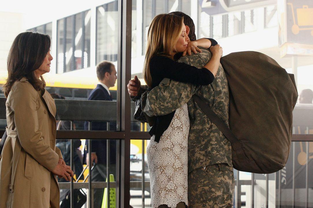 Abschied nehmen: Nora (Sally Field, l.) und Kitty (Calista Flockhart, M.) fällt es schwer Justin (Dave Annable, r.) in den Irak ziehen zu lassen... - Bildquelle: Disney - ABC International Television