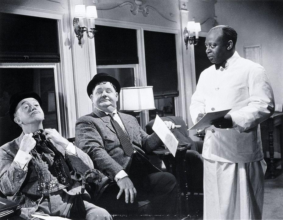 Stan (Stan Laurel, l.); Ollie (Oliver Hardy, M.) - Bildquelle: 1942 Twentieth Century Fox Film Corporation.
