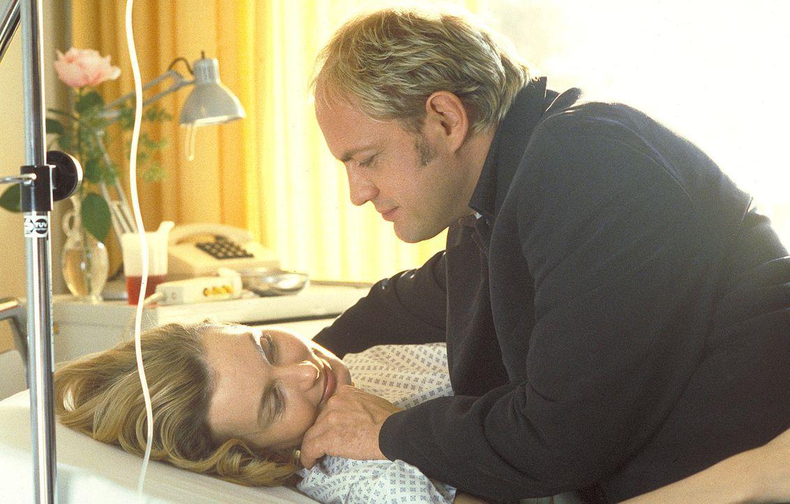Seit einer Fehlgeburt kann Sabine Jansen (Stella Vordemann, l.) keine Kinder mehr bekommen. Da schlägt ihr Mann (Uwe Ochsenknecht, r.) ihr vor, mit... - Bildquelle: ProSieben