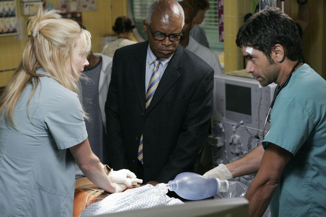 Gates (John Stamos, r.) hat eine bestimmte Medikamentensituation des Patienten Jimmy Anderson übersehen und das führt dazu, dass Pratt dem Mann etwa... - Bildquelle: Warner Bros. Television