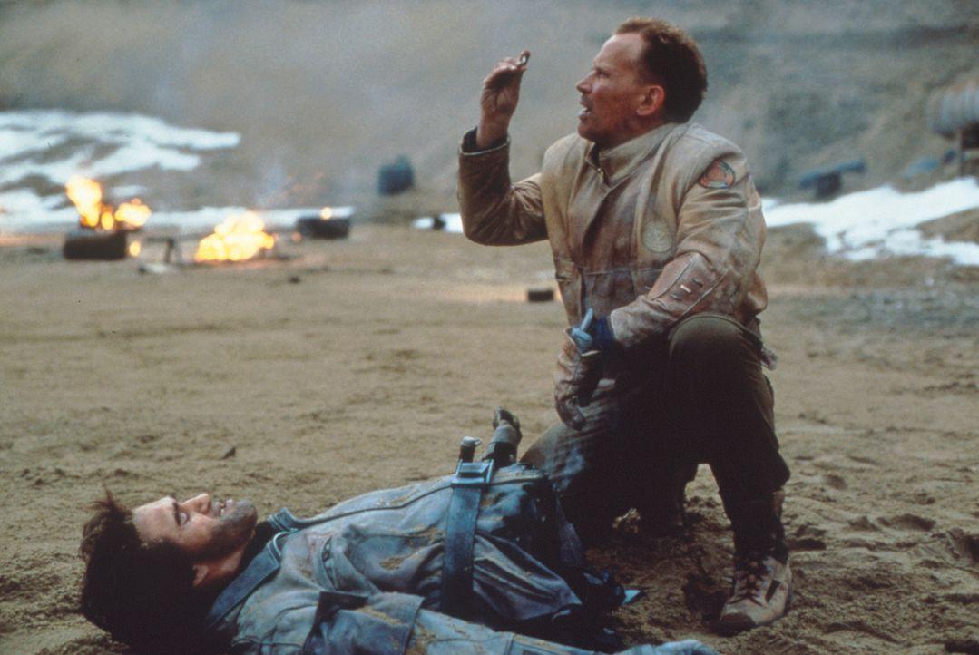 Mit friedlichen Absichten gekommen: Colonel Hendricksson (Peter Weller, r.) ... - Bildquelle: Columbia TriStar
