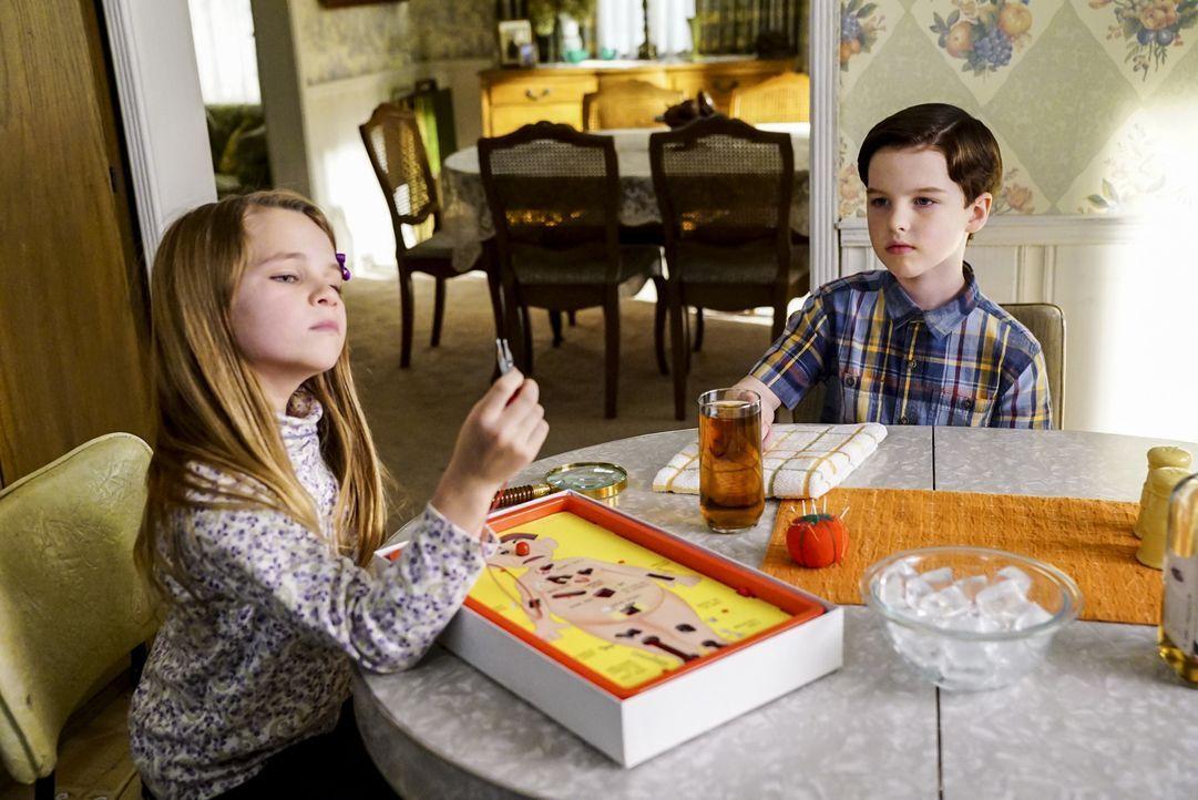 Sind das erste Mal einen ganzen Nachmittag alleine Zuhause: Missy (Raegan Revord, l.) und Sheldon (Iain Armitage, r.) ... - Bildquelle: Warner Bros. Television