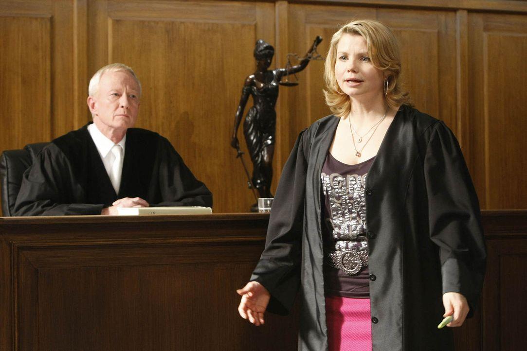 Ein Fall jagt den nächsten: Danni Lowinski (Annette Frier, r.) versucht alles, um ihrer Mandantin zu helfen ... - Bildquelle: Frank Dicks SAT.1
