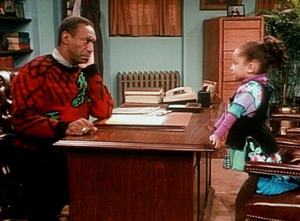 Olivia (Raven Symone, r.) klärt Frauenarzt Dr. Huxtable (Bill Cosby, l.) darüber auf, wo die kleinen Kinder herkommen. - Bildquelle: Viacom