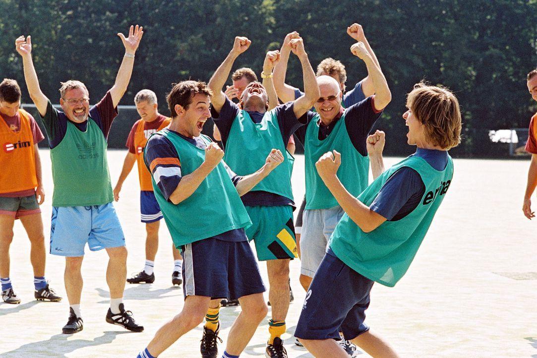 Beim Sport kommen sich Jochen (Hans Werner Meyer, vorne l.) und Tom (Matthias Walter, vorne r.) näher ... - Bildquelle: Erika Hauri Sat.1
